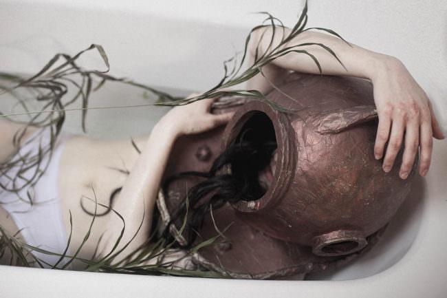 Eine Frau mit Taucherhelm in der Badewanne