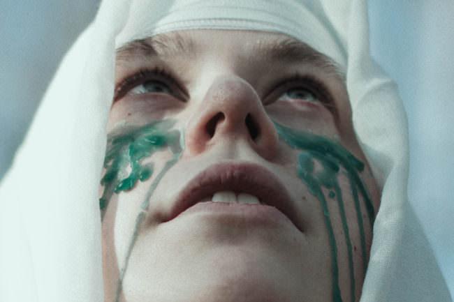 Eine Person mit Tränen aus Wachs