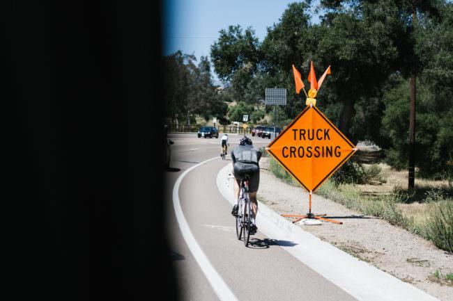Ein Radfahrer auf einer Straße mit Schild