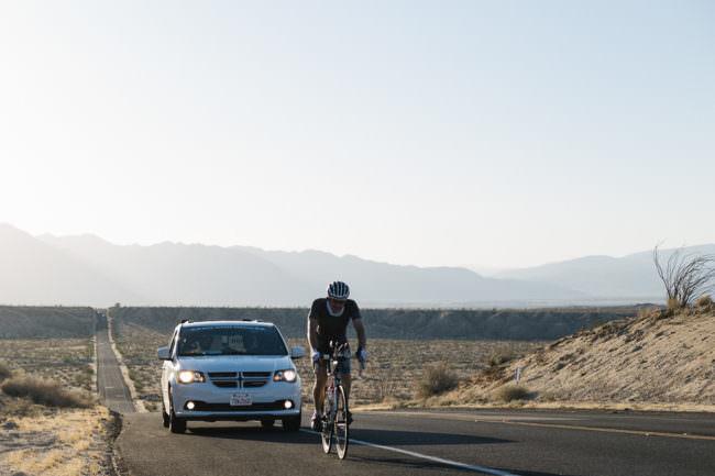 Radfahrer mit Auto