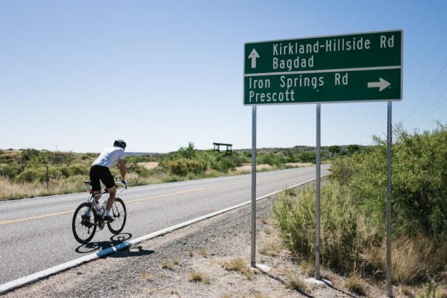 Radfahrer an einem Verkehrsschild