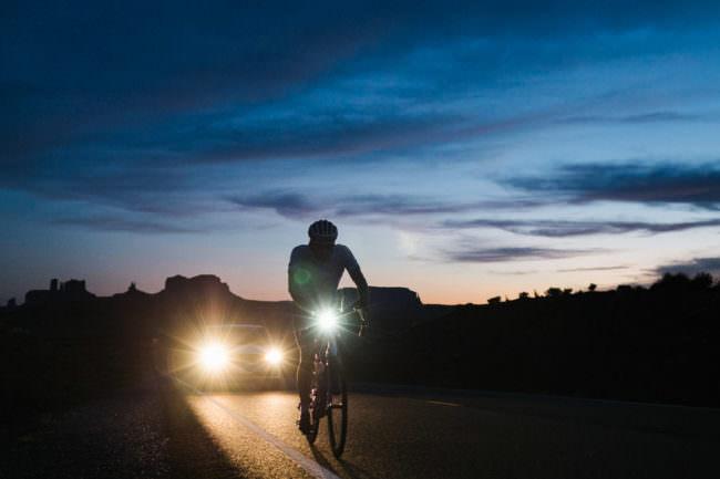 Radfahrer auf der nächtlichen Straße