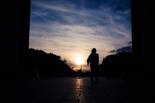 Eine Person im Sonnenuntergang