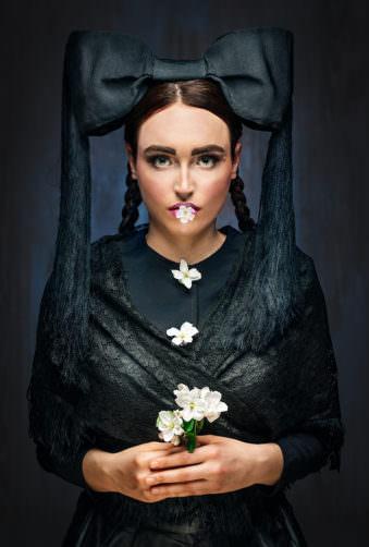 Eine Frau mit Hornkappe