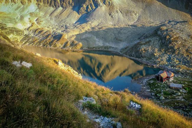 Eine Bergspitze spiegelt sich in einem See