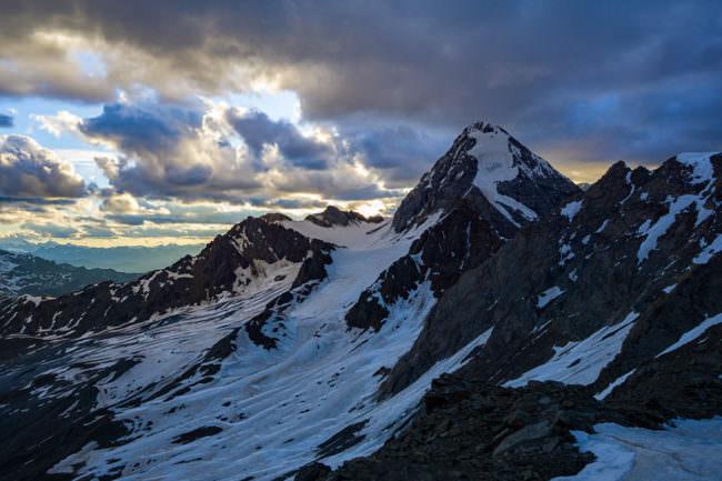 Ein schneebedeckter Gipfel