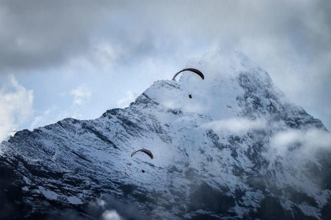 Paragleiter an einem Berghang