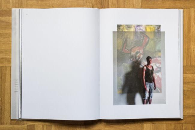 Aufgeschlagenes Buch mit einem fotografierten Portrait.