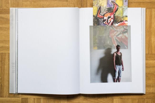 Aufgeschlagen Buch mit einem fotografierten Portrait.