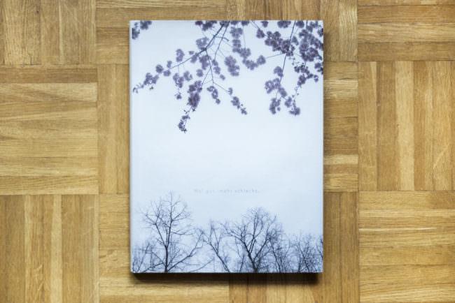 Buch mit lebenden und toten Ästen auf dem Cover.