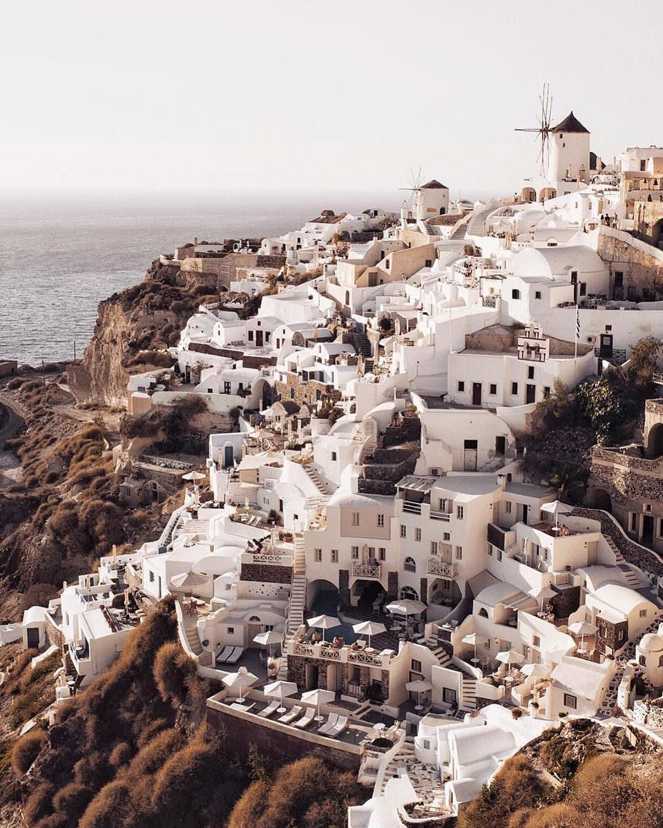 Küstenstadt auf einem Berg