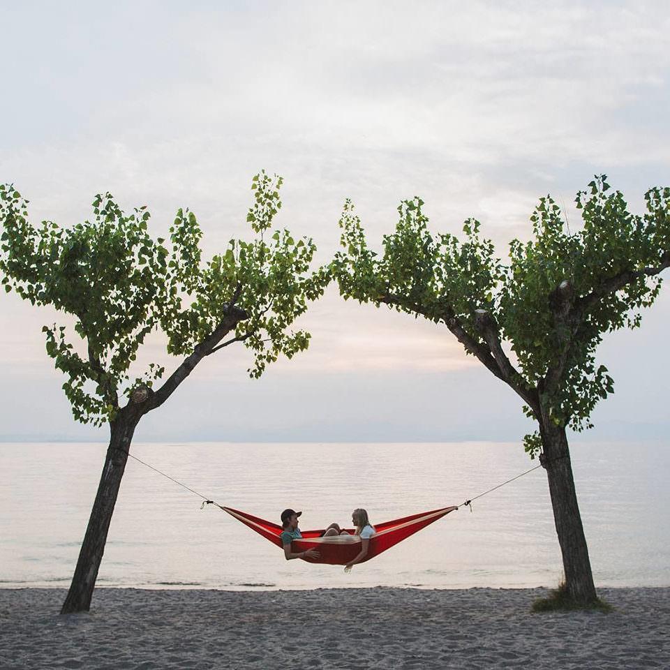 Hängematte zwischen zwei Bäumen