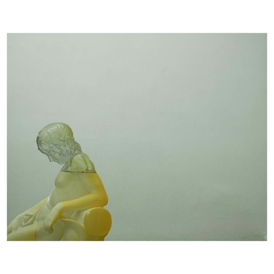 Statue einer niedergeschlagenen jungen Dame.