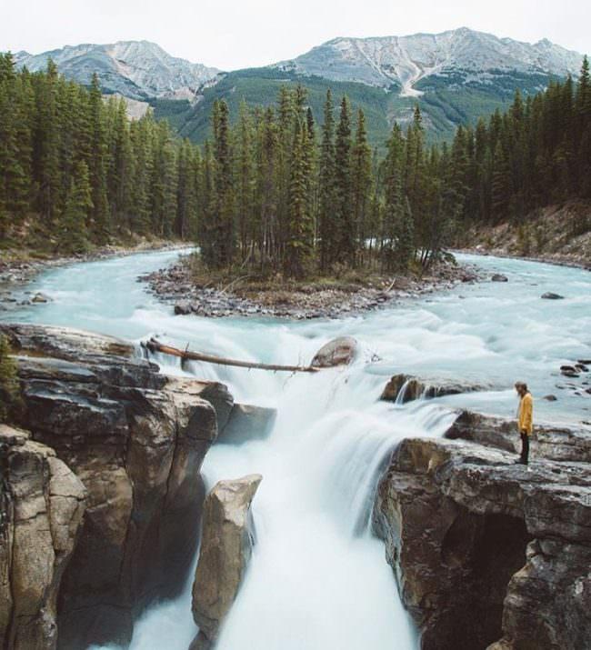 Insel in einem Fluss mit Wasserfall