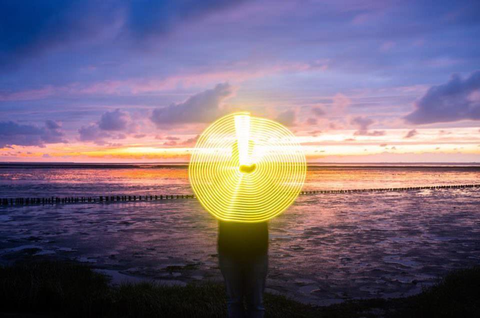 Lichtmalerei vor Meerkulisse.