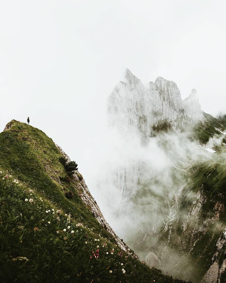 Eine Person auf einem Berg