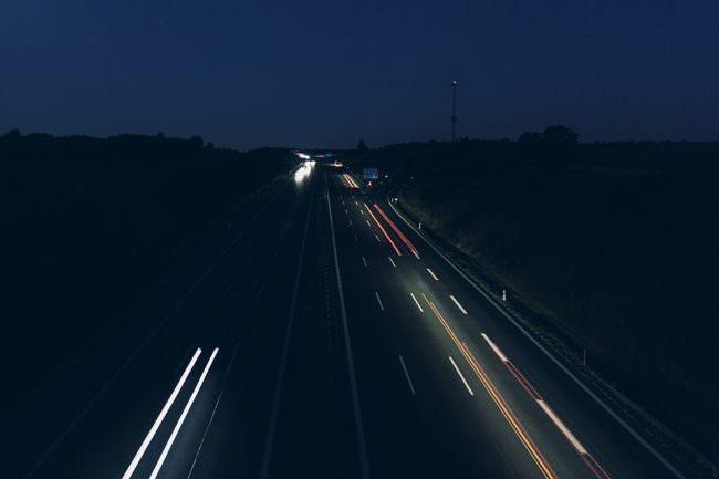 Lichtspuren auf einer Straße