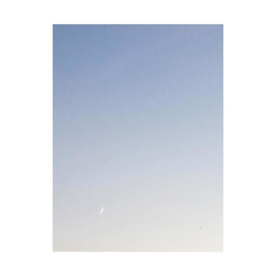 Himmelaufnahme mit einem leicht sichtbaren Mond.