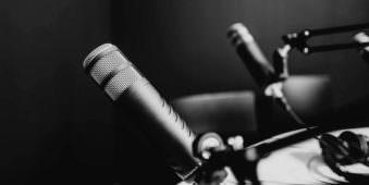 Zwei Mikrofone und ein Kopfhöhrer