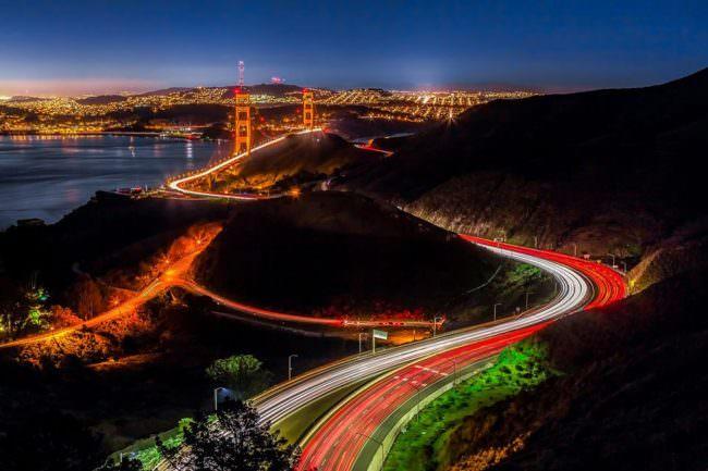 Nachtaufnahme einer Straße zur Großstadt