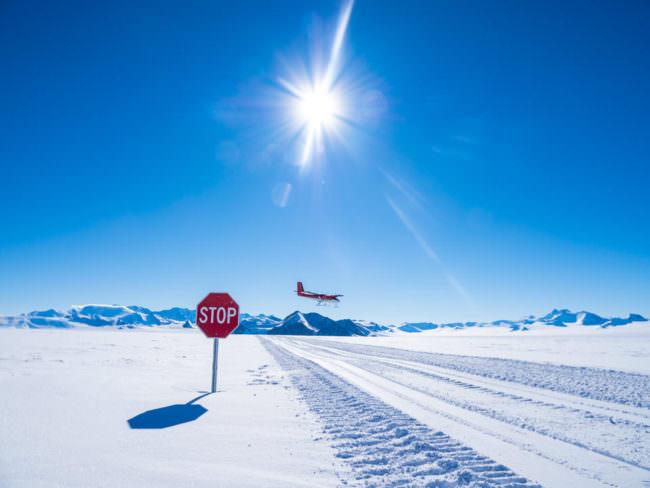 Ein Flugzeug landet im Schnee