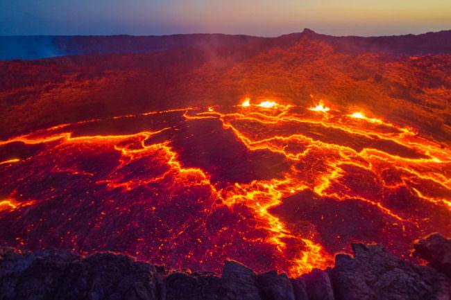 Vulkankrater mit glühender Lava