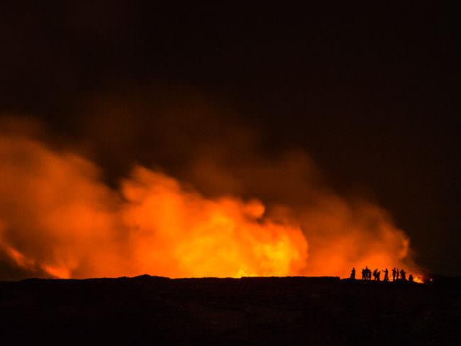 Menschen vor einem Feuersturm