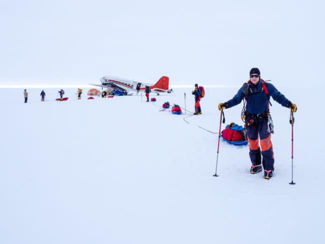 Ein Glugzeug und Menschen im Schnee