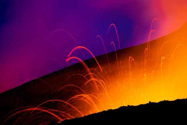 Feuer aus einem Vulkankrater