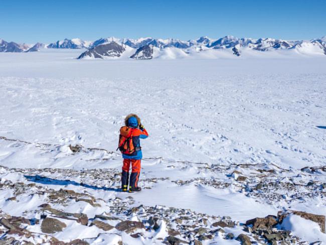 Ein Mensch fotografiert in einer Schneelandschaft