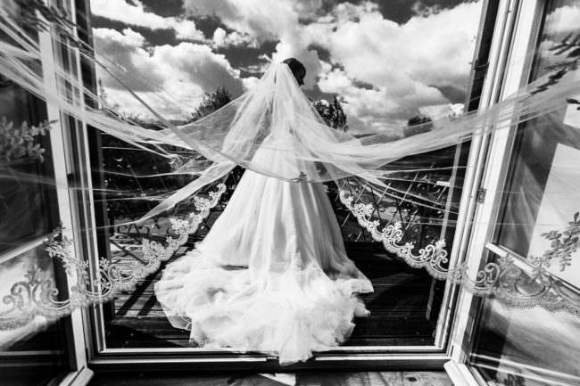 Eine Braut auf einer Brücke
