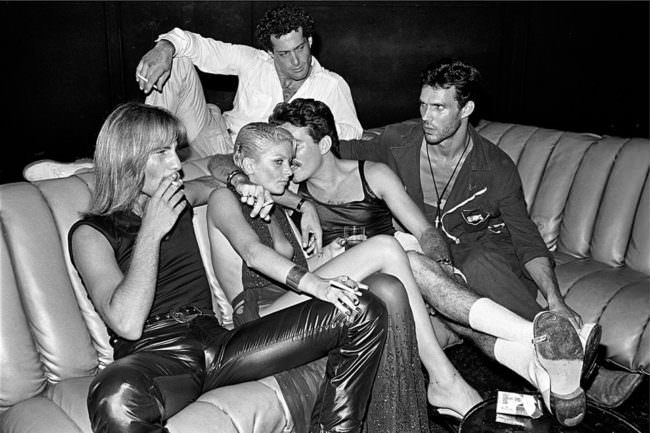 Eine Gruppe Menschen auf einer Couch