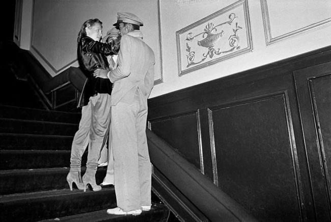 Zwei Personen auf einer Treppe