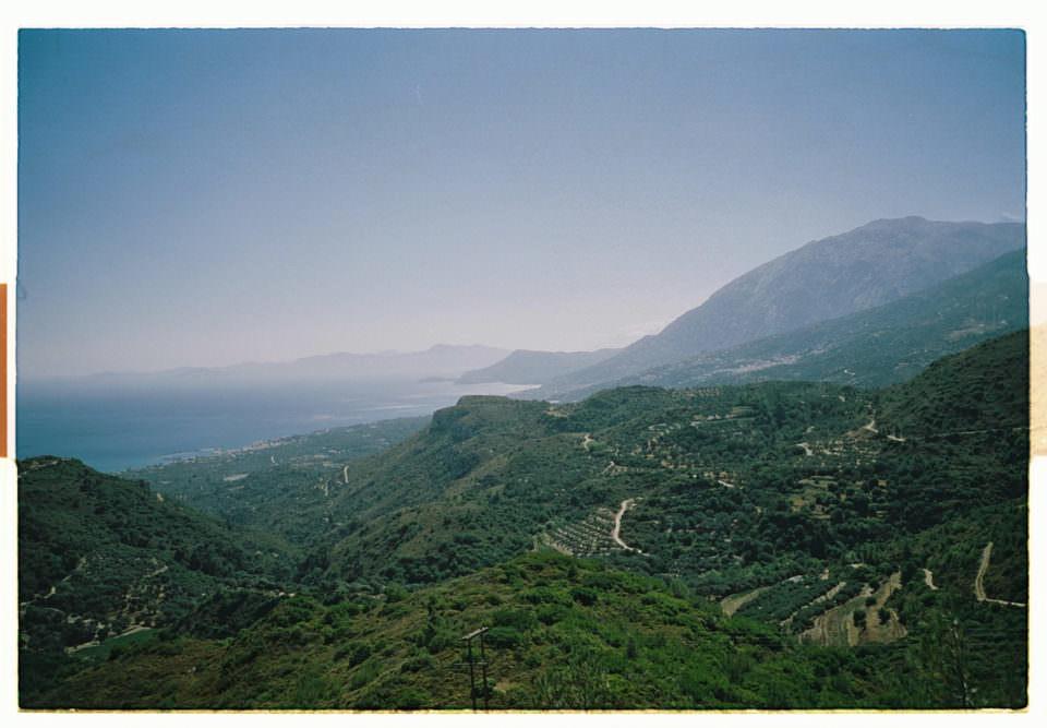 Küstenblick über grüne Berge