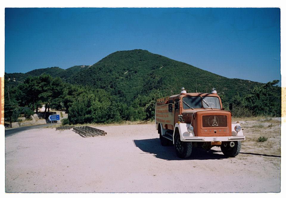 Roter Truck vor grünem Berg