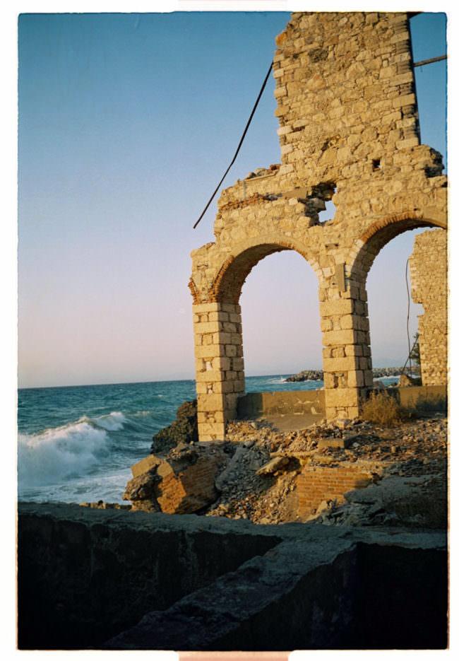 Sonnenbeschienene Ruine am Meer