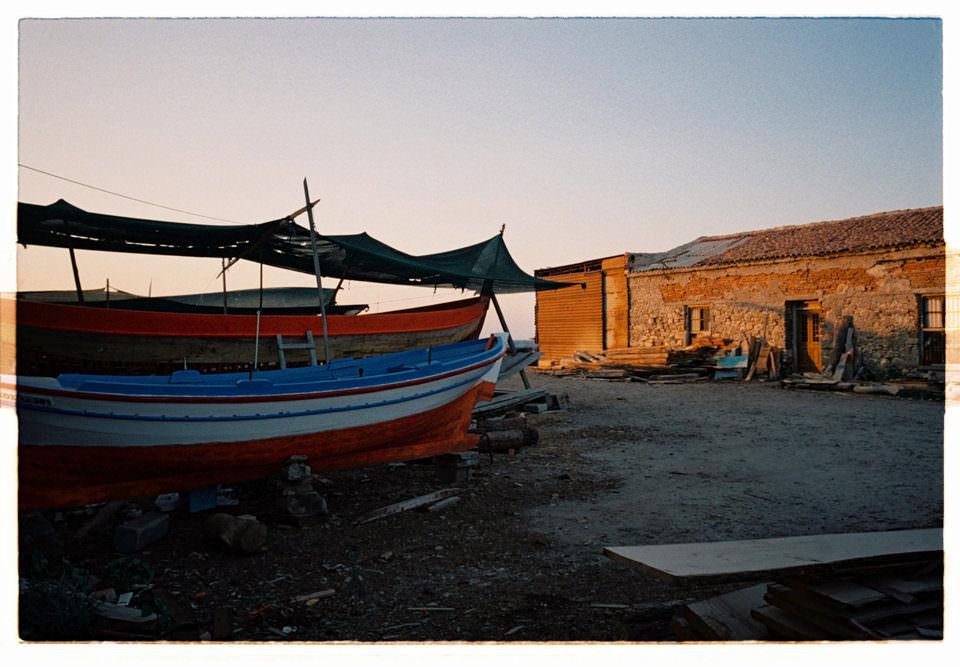 Boote eines Hafenorts im Abendlicht