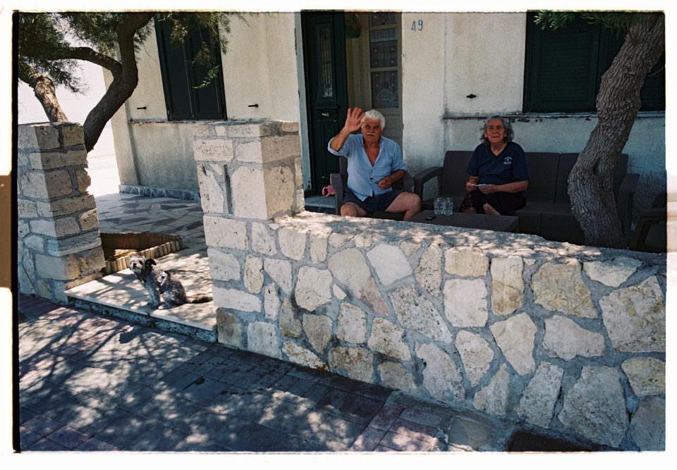 Älteres griechisches Ehepaar winkt