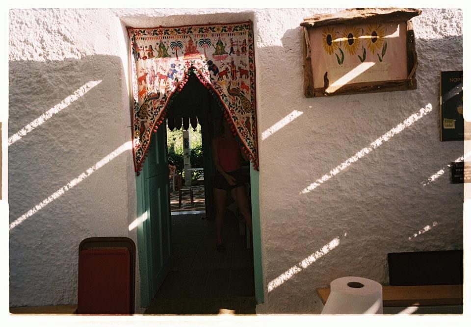 Licht fällt auf eine Eingangstür