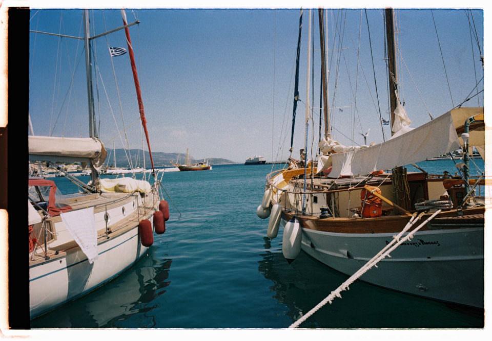 Boote liegen in einem Hafen