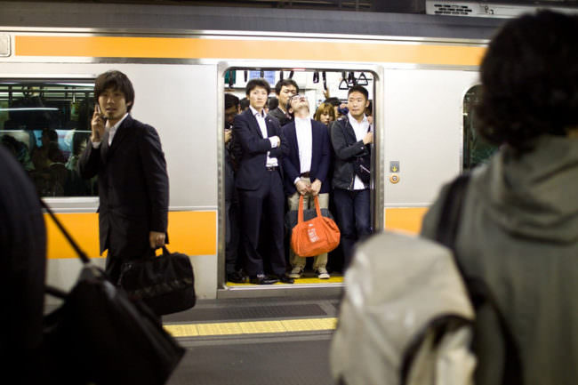 Männer in einer U-Bahn