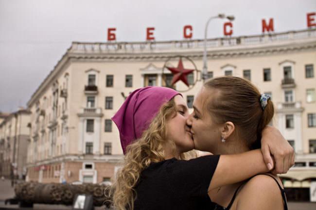 Zwei Frauen küssen sich
