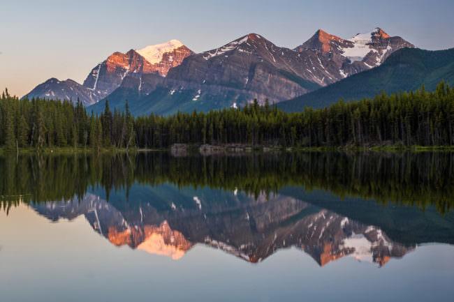 Ein Gebirge spiegelt sich in einem See