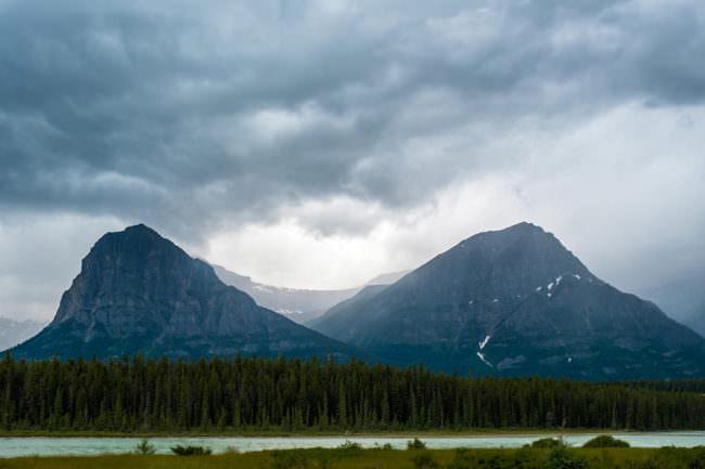 Zwei Berggipfel in der Ferne