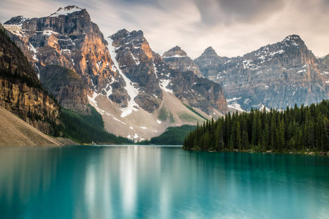 Ein See mit Gebirge