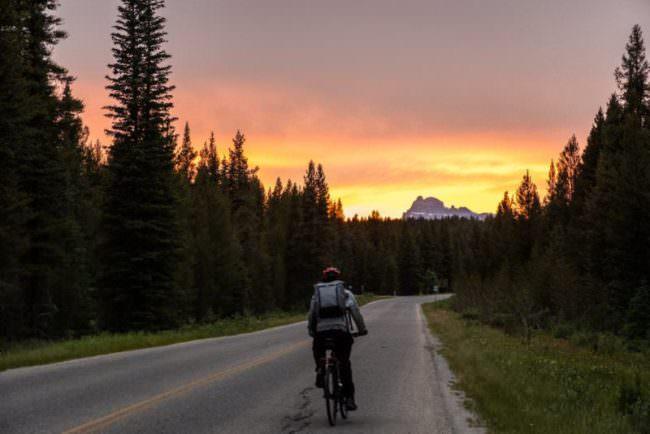 Ein Radfahrer im Sonnenuntergang