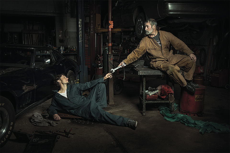Ein Mann gibt ein werkzeug an einen anderen