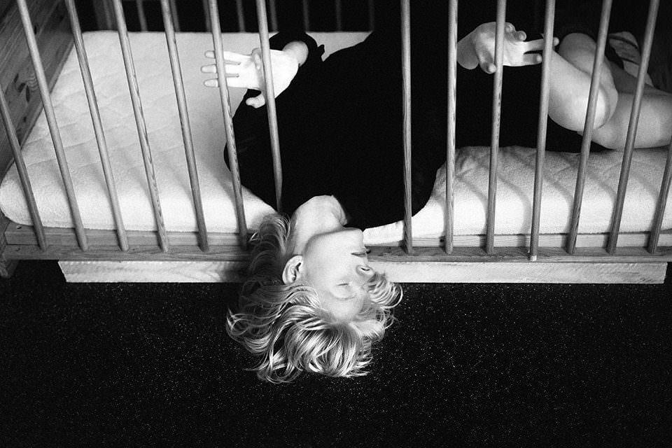 Eine Frau in einem Kinderbett