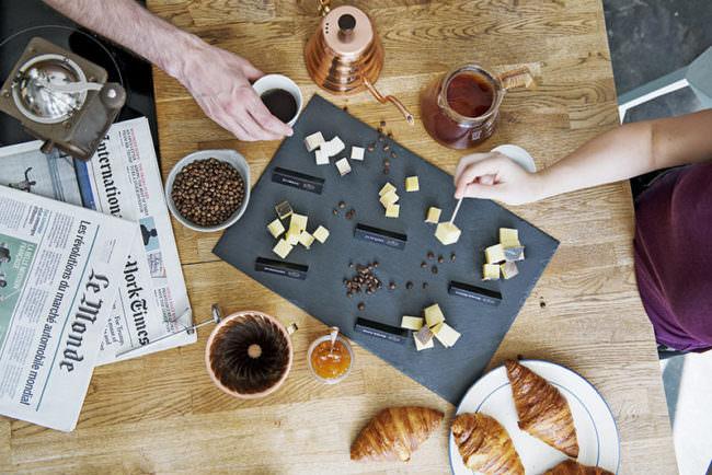 Ein Tisch mit Getränken und Käse