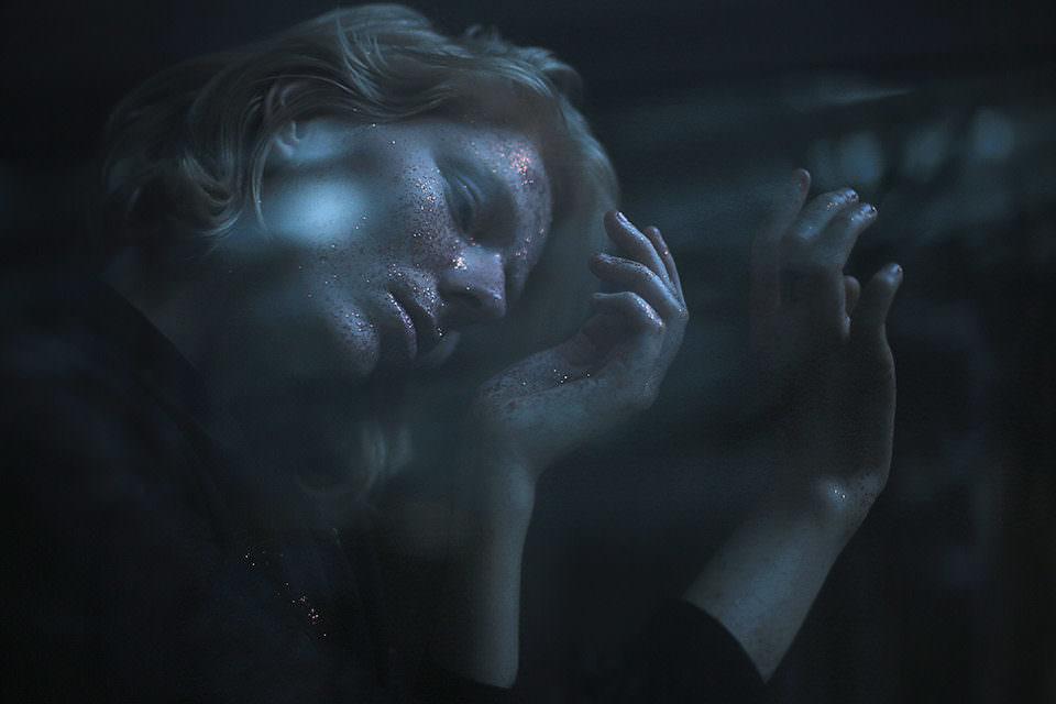 Eine Frau mit Glitzer im Gesicht